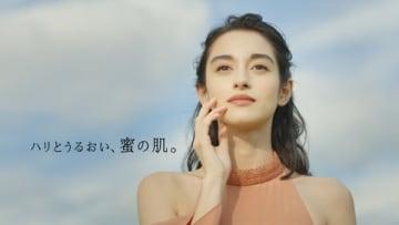 化粧品ブランド「アピセラピーコスメティクス」の新CM「自然の力」篇の一場面