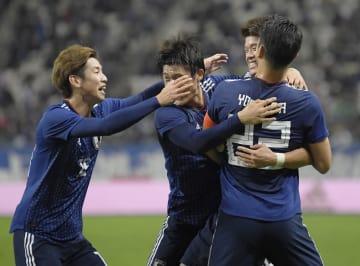 日本―ベネズエラ 前半、先制ゴールを決め、大迫(左)らと喜ぶ酒井宏(右奥)=大銀ドーム