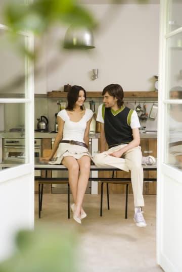 気になっている男性との初デートで家に誘われ、あなたは警戒心を持ちますか? それとも「最初から家に入れてくれるのは自分が特別だから」。そう考えますか?
