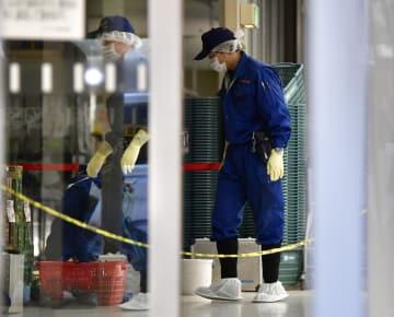 女性が刺される事件があったスーパー「イズミヤ高野店」のレジ付近を調べる京都府警の捜査員ら=16日午後3時31分、京都市