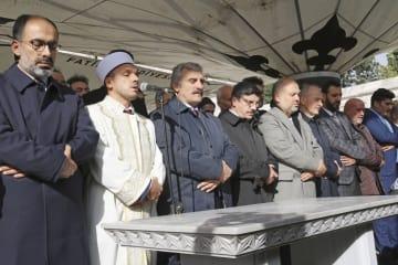 サウジアラビア人記者ジャマル・カショギ氏の葬儀で、礼拝する知人ら=16日、トルコ・イスタンブール(共同)