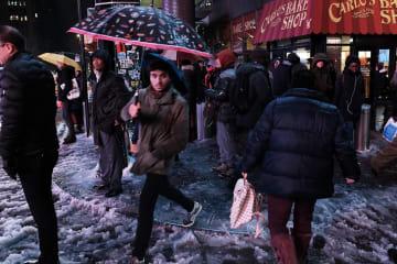 15日、今冬初の降雪となった米ニューヨーク州(ゲッティ=共同)