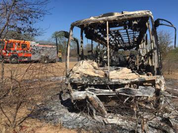 炎上し約40人が死亡したバス=16日、ジンバブエ(AP=共同)