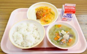五ケ瀬町・三ケ所小の給食に登場したフカの野菜あんかけ(上)
