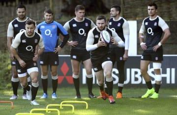 ラグビーの日本戦に向けて練習するデーリー(手前右)らイングランド代表=14日、英バグショット(ゲッティ=共同)