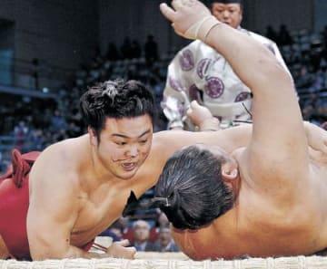 炎鵬5勝目、1敗守る 九州場所6日目 輝4敗、遠藤は3勝3敗