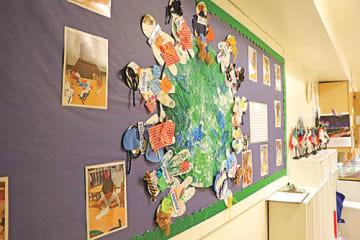 世界中から生徒が集まっていることを感じられる国旗やアートがあちこちに