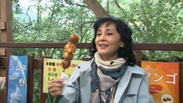 徳島・祖谷の郷土料理を楽しむ南果歩さん(C)ABC