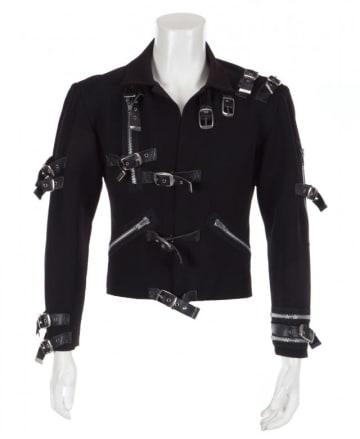 米歌手の故マイケル・ジャクソンさんが初のソロツアー「BAD」で着用した黒いジャケットが10日の競売で、29万8,000ドル(約3,397万円)で落札された。希望落札価格は10万ドルだった。写真はジュリアンズ・オークションズが10月25日提供 - (2018年 ロイター)