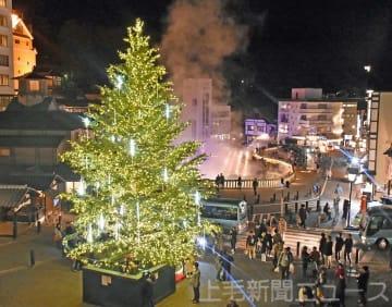 湯畑彩るクリスマスツリー 草津温泉で点灯式 1月15日まで