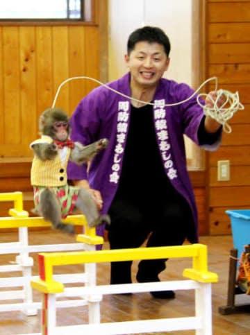ハードルジャンプを練習するしおたろうと村崎さん