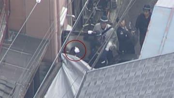 女性店員の首など刺す 逮捕の男、連行の瞬間