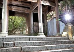 仁王門の先に続く石段。朽ちて階段かどうか悩ましい箇所も多い(撮影・辰巳直之)