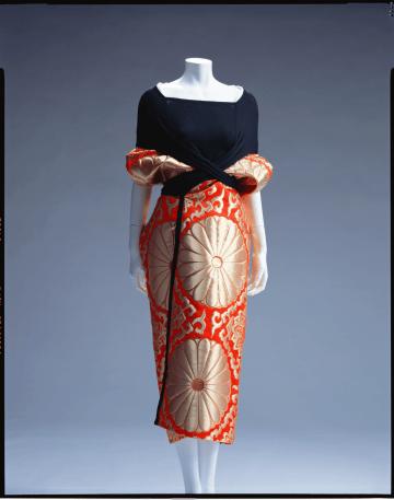 山本耀司(75)製作のドレス(1995年)。高級な帯に使われる布地を伸縮性のある黒の布地で結んだデザインが対照的(photo: The Kyoto Costume Institute)