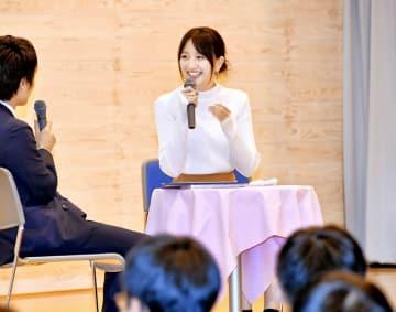 モデル業の楽しさなどを話す鹿沼憂妃さん=11月16日、福井県福井市立至民中学校