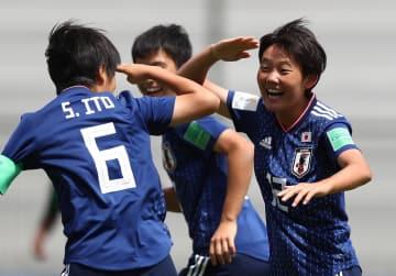 サッカーのU―17女子W杯1次リーグ、南アフリカ戦でゴールを決め、喜ぶ大沢春花(右)=16日、マルドナド(ゲッティ=共同)