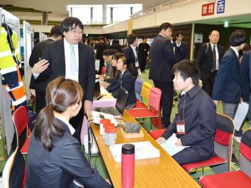 企業ブースで真剣に説明を聞く学生たち=岐阜市長良福光、岐阜メモリアルセンター