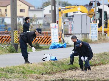 警官が威嚇発砲した現場の周辺を調べる捜査員=16日午後2時36分、本巣市宗慶