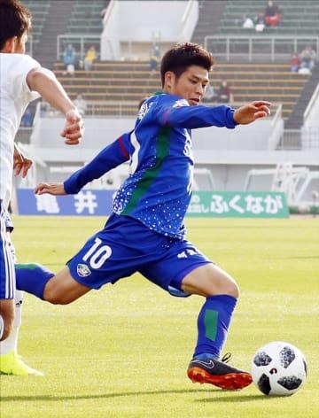 新潟戦の後半、2人をかわしクロスを上げる杉本太=鳴門ポカリスエットスタジアム