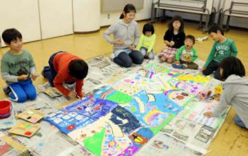 横断幕作りに励む児童と園児たち