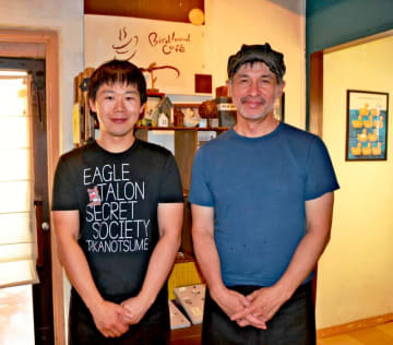 「一手間、二手間かけた洋食を提供したい」と話す店主の仲村晃さん(右)とキッチン担当で店長の河合宏晃さん=沖縄市胡屋