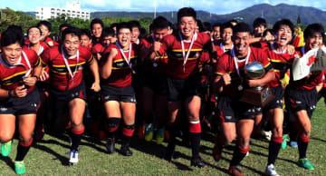 全国高校ラグビー大会沖縄予選を制した名護フィフティーン=16日、名護21世紀の森ラグビー場(下地広也撮影)