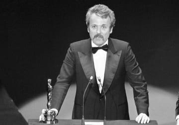 アカデミー賞を受賞するウィリアム・ゴールドマン氏=1977年3月、米ロサンゼルス(AP=共同)