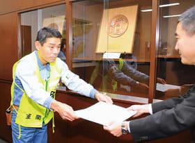 北海道財務局長から感謝状を受ける新日鉄住金室蘭の米澤所長