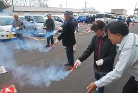 発煙筒の正しい使用方法について指導を受ける高齢者たち