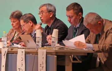朝鮮半島の完全非核化をめぐる問題点について語るパネリスト=長崎市平和会館