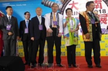 フェアに参加した榎本(右から3人目)、茂木(同2人目)両市長ら=16日、台湾