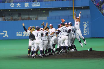 悲願の全国制覇を達成した瞬間、グラウンド、ベンチ一体となって喜びを爆発させる三菱重工長崎の選手=大阪ドーム