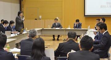 会議に臨み説明する嘉悦学園関係者(左側)と、松井知事や吉村市長ら=16日、大阪市阿倍野区の市職員人材開発センター