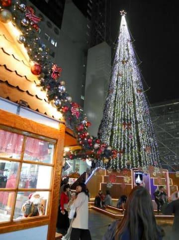 ツリー点灯で一足早くクリスマスムードに包まれる会場=16日夕、大阪市北区の新梅田シティ
