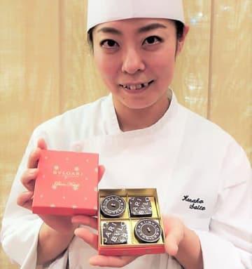 4個入り「ナターレ・ボックス」を紹介する齋藤さん。ボックスのデザインも一新