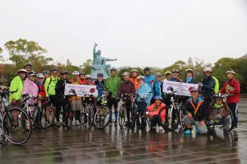 平和公園に到着し、笑顔の参加者たち=長崎市、平和公園