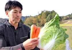 栄養価が高いとされる機能性野菜と越江さん(京丹後市久美浜町女布)