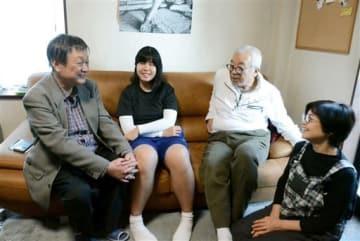 AFS日本協会熊本支部の牧治雄支部長(左端)と談笑するラッパヤポン・サラリーさん(左から2人目)、ホストを務める木下直之さん、知子さん夫妻=熊本市中央区