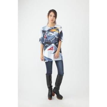アニメ「機動戦士ガンダム 逆襲のシャア」のνガンダムが描かれたTシャツ「機動戦士ガンダム 逆襲のシャア フルパネルTシャツ RX-93 νガンダム」(C)創通・サンライズ