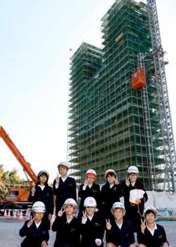岩城橋の建設現場を見学した生名小児童