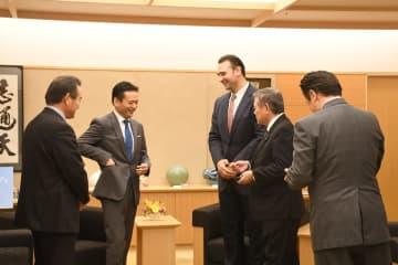 山口知事らと談笑している鳴戸親方(左から3人目)=佐賀県庁