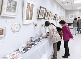 バラエティーに富んだ作品が来場者の目を楽しませている趣味の作品展