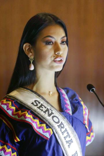 伝統衣装を身にまとい、高校生らを前に話すロサ・イベス・モンテスマさん=10月、パナマ市(AP=共同)