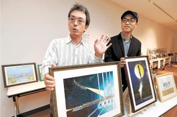 年に5回以上、各地で展示会を続けている鈴木さん(左)と小松さん=仙台市内