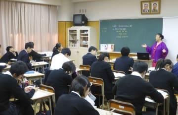 東京朝鮮中高級学校で行われた公開授業=17日、東京都北区