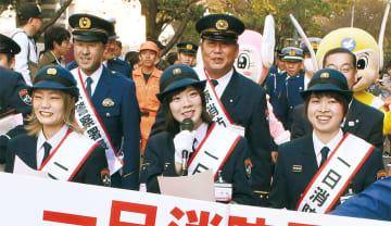 火災予防を呼び掛けるSHISHAMOの(前列左から)松岡さん、宮崎さん、吉川さん