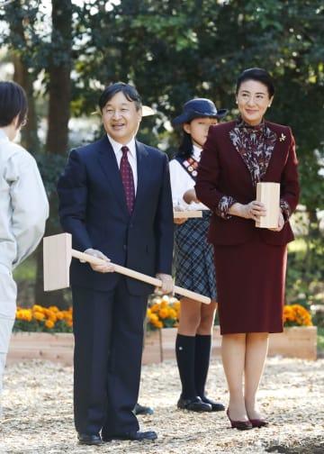 第42回全国育樹祭の行事に出席された皇太子ご夫妻=17日午後、東京都臨海部の人工島「中央防波堤」