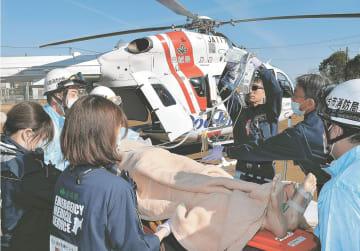 けが人を治療しながら、ドクターヘリまで運んだ訓練