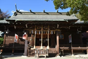 青葉神社本殿の南に立つ入り母屋造りの拝殿