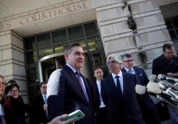 ホワイトハウス入庁許可をめぐる連邦地裁の決定についてメディアに話すCNNのジム・アコスタ記者=16日、ワシントン(ロイター=共同)